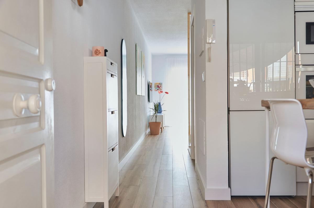 Casa_blanca_suelo_ceramico_imitacion_madera_interiorismo_Bhoga_El_Campello