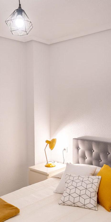 habitación blanca y cabecero de cama gris
